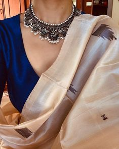 17 Super Ideas How To Wear Necklaces Blouses Indian Attire, Indian Wear, Indian Outfits, Indian Style, Indian Dresses, Indian Ethnic, Trendy Sarees, Stylish Sarees, Saree Jewellery
