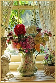 Sweet bouquet in a floral vase Deco Floral, Arte Floral, Floral Design, Romantic Cottage, Cozy Cottage, Yellow Cottage, Romantic Homes, Shabby Cottage, Cottage Living