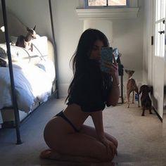 Socialite aparece posando em frente ao espelho, ajoelhada no chão, em foto…