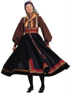 beltestakk - med farget skjorte og flere silkesjal. Silkesjal ble kjøpt av omreisende handelsmenn og kunne ha mange farger og mønstre.