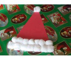 Esse projeto fácil de chapéu de Papai Noel é para a criançada se divertir. A ideia vem do site Kaboose, com as dicas de Amanda Formaro. O que você precisa:  1 folha de papel grossa vermelha, 15 a 20 bolas de algodão, cola, lápis, tesoura.