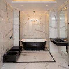 biały marmur w klasycznej łazience