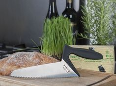 Webequ Bread Knife is designed so that the forces from the arm is extended into the knife with minimal loss of power. The grip is to some extent placed over the blade to utilize this transfer of power. For right hand users.