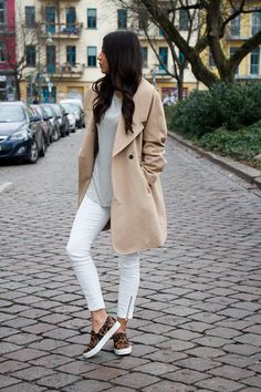 This off-duty combo of a tan trenchcoat and white skinny jeans is a surefire option when you need to look chic in a flash. Introduce a pair of brown leopard slip-on sneakers to the equation for a more relaxed vibe. Basic Fashion, Fashion Blogger Style, Womens Fashion, Fashion Bloggers, Fashion Trends, Berlin Fashion, Fall Winter Outfits, Autumn Winter Fashion, Winter Style