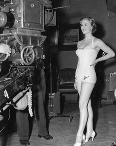 Elokuvakameroiden edessä kesällä 1952. Studio 54, Old Hollywood Glamour, Universal Studios, Vintage Beauty, Finland, Philippines, San Diego, Tent, Pin Up