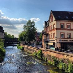 Ettlingen é uma cidade linda, pequena, charmosa, pertinho de Karlsruhe, se vc estiver por aqui vale a visita! 🇩🇪 #karlsruhe #ettlingen #deutschland #alemanha #viagemjovem #viajaréviver Mansions, House Styles, Home, Germany, City, Destinations, Karlsruhe, Manor Houses, Villas