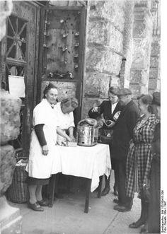 Berlin 1947 Heiße Bockwurst am Stand Mauer- Ecke Leipziger Straße
