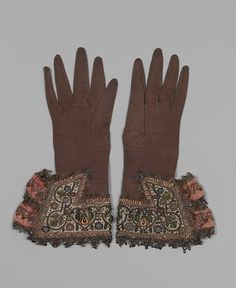 Let's bring fancy gloves back, people! Pair of gloves circa 1620 leather and satin worked with silk and metallic threads - Metropolitan Museum of Art Historical Costume, Historical Clothing, Renaissance Clothing, Antique Clothing, Vintage Accessories, Fashion Accessories, Vintage Outfits, Vintage Fashion, Baroque Fashion