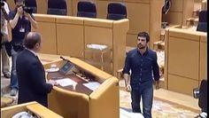 El senador de Podemos Ramón Espinar es abucheado por miembros del PP durante su toma de posesión.