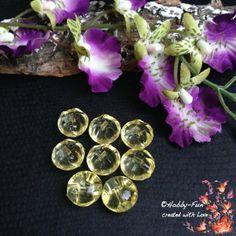 """6 halbrunde Arylperlen """"Gelb"""". Diese Perlen sind halbrund, die andere Seite hat Riffelungen. Aussergewöhnich auch zum Verarbeiten durch das oben liegende Fädelloch.  Für viele kreative Ideen geeignet.  Diese Perle ist eine Augenweide an jedem Dekollteé."""