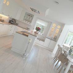 Ny dag nye muligheterHa en fin dag #inspohome #charminghomes #inspo #kitchen #kjøkken #kjøkkeninspo #kjøkkeninspirasjon #sigdal #sigdalkjøkken #herregårddesign #herregård #interior125 #interior4you #rom123 #inspohome #inspohome #interior123 #interiordesign #myhome #mystyle #mm_interior #homedecor #homesweethome #homeinspo #home #classyhomes #eleganceroom #inspire_me_home_decor #shabbychic #shabbyyhomes #bolig #bolia