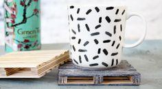 DIY : Des sous-verres en forme de palettes Chaise Vintage, Diy Hacks, Decoration, Ikea, Creations, Porcelain, Mugs, Tableware, Home Decor