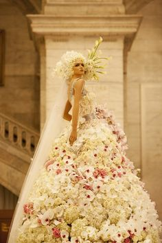 Wedding Gown made of fresh flowers    Ab Fab! I'd get married in this too! Hehe ;)