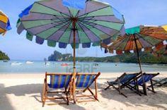 7747919-beach-umbrellas-and-sunbeds-at-white-sandy-beach.jpg (1200×798)