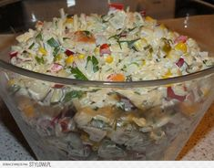 3 woreczki ryżu np. Albaris 2 piersi z kurczaka ok.40 dag puszka ananasa w syropie puszka kukurydzy słoik selera konserwowego  słoik (650 g) papryki konserwowej- ewent. świeża papryka czerwona i zielona po 1 szt. 7 ogórków konserwowych 1 duża lub 2 małe cebule majonez - 600 gr (2 małe słoiki lub 3/4 dużego) musztarda 2 duże łyżki sól.pieprz.1/3 szklanki soku z ananasa dużo zieleniny - po pęczku natki pietruszki i szczypiorku