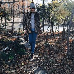 Passeando por NY, look com jeans, casaco de pele fake, tênis de oncinha, gorro/beanie