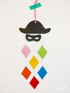 Voici une jolie suspension à fabriquer pour le Carnaval ! Un mobile Arlequin coloré et très facile à réaliser, surtout qu'on vous a préparé le gabarit !