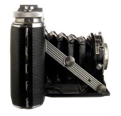 The handy folding camera. When closed, the folding camera is very thin and easy to throw in a bag. It then expands to add focal length when unfolded. Twin Lens Reflex Camera, Camera Lens, Photography Articles, Camera Photography, Folding Camera, Vintage Poster, Vintage Cameras, Focal Length, Vintage Images