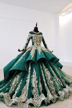 Beautiful Wedding Gown Ideas of 2020 - Fashion Empire TV Green Evening Dress, Long Sleeve Evening Dresses, Evening Dresses Plus Size, Plus Size Dresses, Lace Ball Gowns, Ball Dresses, Pageant Dresses, 15 Dresses, Urbane Mode