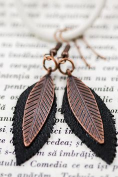 - Copper Color ear wire hook - Copper Color feather charm 33 x 9 mm - Black Natural Leather - Total Length - 61 mm Copper Color, Natural Leather, Feather, Buy And Sell, Earrings, Handmade, Stuff To Buy, Black, Ear Rings