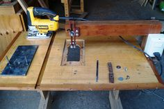 Montaje invertido de una sierra caladora Woodworking Techniques, Woodworking Tools, Workbench Vice, Router Table Plans, Bandsaw Mill, Shop Layout, Homemade Tools, Scroll Saw, Wood Boxes