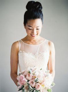 Coque alto para noivas!  Muitas noivas não se identificam com penteados para…