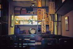 吉祥寺「茶房 武蔵野文庫」の名物は 黄色いクリームソーダと文学の薫り |クリームソーダと楽しむ読書 選りすぐりの東京喫茶店アドレス|CREA WEB(クレア ウェブ)
