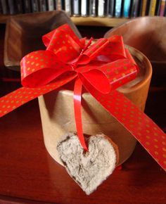 pasta de cartón. Gift Wrapping, Pasta, Gifts, Cold Porcelain, Crafts, Paper Wrapping, Presents, Wrapping Gifts, Favors
