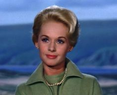Tippi Hedren - The Birds No matter how many times I see it, this movie still gives me chills! Hollywood Icons, Hollywood Glamour, Hollywood Actresses, Classic Hollywood, Old Hollywood, Actors & Actresses, Alfred Hitchcock, Tippi Hedren, Blonde Actresses