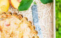 Toscakuorrutettu persikkapiiras on mantelisen mehevä ja maukas.