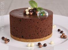 Tarta de mousse de chocolate. Una de las tartas más sabrosas es la tarta de mousse de chocolate, que es apetecible a cualquier hora, tanto en una merienda