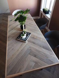 Hei, og god onsdag til dere ♥ Jeg skulle vært på trening og kontoret for le. Wood Table Design, Wood Table Tops, Diy Table Top, Diy Esstisch, Diy Dining Room Table, Diy Love, Plank Table, Diy Farmhouse Table, Dere