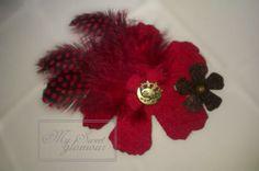 Colecció Cloe; Broche realizado a mano de plumas y fieltro en forma de flor para decorar tus chaquetas, realizamos a juego la diadema se puede comprar el conjunto o por separado.  Cada modelo es exclusivo