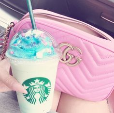 Uploaded by Find images and videos about pink, bag and starbucks on We Heart It - the app to get lost in what you love. Bebidas Do Starbucks, Starbucks Secret Menu Drinks, How To Order Starbucks, Pink Drinks, Frappuccino, Milkshake, Coffee Drinks, Yummy Drinks, Girly