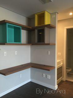 Home Office e estante em espaço pequeno. Projeto escritório Neo Arq - SP