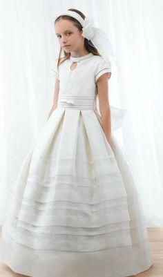 Vestidos de Primera Comunión para niña de Miquel Suay Little Dresses, Flower Girl Dresses, Dresses For Work, Young Fashion, Kids Fashion, Wedding Bridesmaids, Wedding Dresses, Holy Communion Dresses, Fairytale Dress