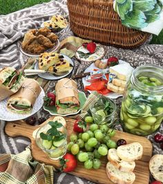 Summertime is for picnics. What better than this light, fresh Sangria Verde with all the green fruits to accompany you, even if it's just to the backyard! Picnic Date Food, Picnic Dinner, Picnic Ideas, Picnic Foods, Beach Picnic, Summer Picnic, Picnic Parties, Picnic Recipes, Romantic Dinners