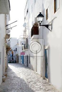 Callejon de casas blancas como en el Mediterraneo