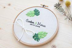 Bastidor porta alianzas para bodas Monsteras // - Custom wedding embroidery hoop // by Miss Katiuska