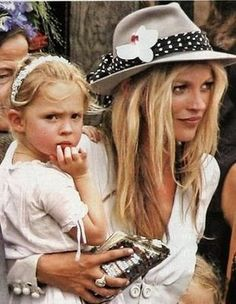 Kate Moss and daughter Lila. Die Queen, Queen Kate, Ella Moss, Lila Grace Moss, Estilo Kate Moss, Poncho Mantel, Celebrity Daughters, Kate Moss Stil, Chapeau Cowboy