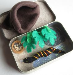 Snake  miniature felt plush Altoid tin play set with food and snuggle bag Small Tins, Activity Bags, Mint Tins, Altoids Tins, Travel Toys, Tin Art, Dose, Play Food, Tin Boxes