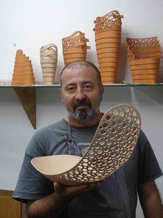 Brazilian ceramic artist Tácito Fernandes—isn't he a handsome devil?tácito This is amazing! Hope to be able to do such wonderful pierce work someday.Awesome clay sculpture or bowl.Manos Chilenas, just incredible!Unique style, create your own. Slab Pottery, Ceramic Pottery, Pottery Art, Pottery Studio, Ceramic Techniques, Pottery Techniques, Ceramics Projects, Clay Projects, Cerámica Ideas