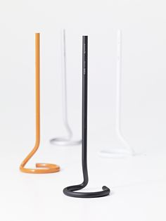 corda _ metaphys / Like a line drawn in the air, or a string dropped from above. The unfamiliar appearance of the pen and pen stand, unified into one continuous shape, evoke a strange but comforting sensation.