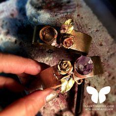En proceso nuestros brazaletes con detalles en fundición de flores #rosas  decidimos colocar unas piedras de amatista.