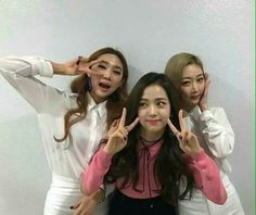 Jisoo backstage selca with her background dancer in SBS Inkigayo