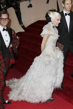 Daphne Guinness Photo - Red Carpet of the Costume Institute Gala celebrating Alexander McQueen in New York