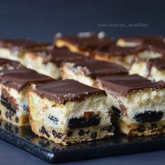 Hayırlı akşamlar  Size harika bir tarifim var  Daha önce yaptığım kurabiyeli brownie tarifi gibi hazırlanıyor. Bu kez brownie yerine cheesecake hazırladım  En altta damla çikolatalı kurabiye hamuru üzerine oreo bisküvi onun üzerine cheesecake ve çikolata ganaj  Yani bir çatalda bir sürü güzel lezzet bir arada  İlk başta karışık gibi görünebilir ama denediğinizde kolay olduğunu göreceksiniz. İki farklı karışım hazırlayıp bir kalıpta pişiririyorsunuz. Ayrı ayrı uğraşmıyorsunuz  ...