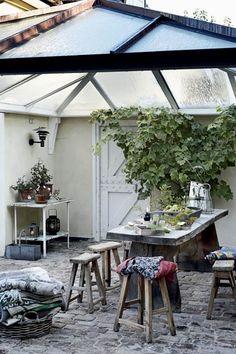 Det er med inspiration fra Karen Blixens Afrika og afdæmpede jordfarver, kunstner Cecilie Westh har indrettet familiens store villa i Lyngby – med masser af eksotiske rejsefund, ædelt træ og selvfølgelig sin egen kunst på væggene.