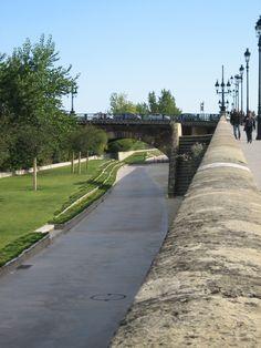 Trabajo del espesor del borde urbano al río, posibilitando variados recorridos a diferentes niveles para distintos usuarios. La Garonne, Bordeaux, France Fotografía: Carolina Katz