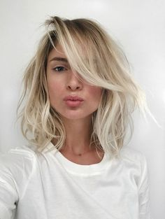 Blonde hair has always been a wonderful style for ladies. We can even say that some of the ladies are obsessed with this hair color. Blonde hair color that. Corte Y Color, Long Bob Hairstyles, Teenage Hairstyles, Short Haircuts, Curly Lob Haircut, Lob Hairstyle, Casual Hairstyles, Layered Haircuts, Latest Hairstyles